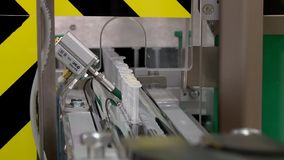 La f?brica farmac?utica del transportador produjo el empaquetado de empaquetado de la medicina de los frascos de las jeringuillas almacen de metraje de vídeo