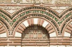 La façade avec des abat-jour arque St Paraskeva dans vieux Nessebar, Bulgari Photo libre de droits