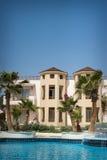 La façade d'hôtel en Egypte avec la piscine images stock