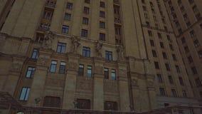 La façade d'un vieux bâtiment avec la belle architecture Gratte-ciel de Stalin 4K clips vidéos