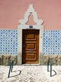 La façade d'une maison portugaise typique décorée du Portugais de vintage couvre de tuiles des azulejos Photos stock