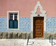 La façade d'une maison portugaise typique décorée du Portugais de vintage couvre de tuiles des azulejos Photographie stock
