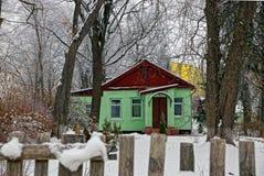 La façade d'une maison verte en dehors de la barrière Image libre de droits