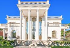 La façade d'une résidence luxueuse avec des colonnes dans le Corinthi Photos libres de droits