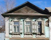 La façade d'une vieille maison délabrée Photos libres de droits