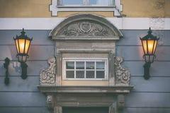 La façade d'une vieille maison dans la vieille ville de Riga Photos stock