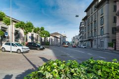 La façade de la gare ferroviaire de la rue Motta, Suisse de Chiasso a placé au centre de la ville Photo libre de droits