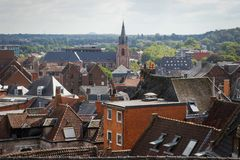 La façade de l'église au centre de la ville entouré par des maisons avec les tuiles rouges sur le toit photographie stock