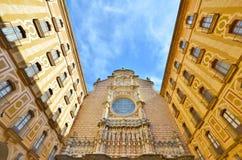 La façade de la basilique dans l'abbaye bénédictine de Montserra Photographie stock libre de droits