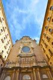 La façade de la basilique dans l'abbaye bénédictine de Montserra Photos libres de droits