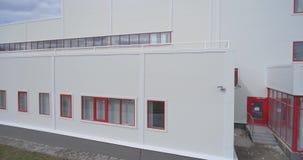 La façade de la nouvelle usine Longueur a?rienne banque de vidéos