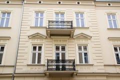 La façade de la vieille maison avec deux balcons image stock