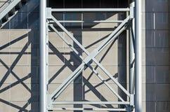 La façade du bâtiment Élément d'échelle Constructions soudées en forme de x en métal aux panneaux en aluminium composés de fond s Photographie stock libre de droits