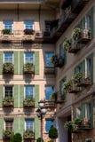 la façade du bâtiment avec des fleurs Images stock