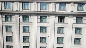 La façade du bâtiment avec Windows banque de vidéos