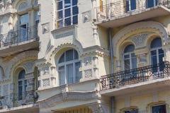 La façade du bâtiment est dans le style classique Photo libre de droits