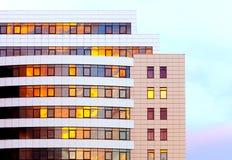 La façade du bâtiment moderne d'affaires au temps de coucher du soleil Image stock