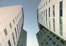 La façade en verre d'un gratte-ciel Photographie stock libre de droits