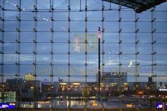 La façade en verre de la station de central de Berlin Images libres de droits