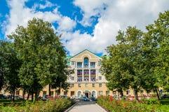La façade principale du bâtiment d'hôtel de Volkhov de quatre étoiles dans Veliky Novgorod, Russie Images libres de droits