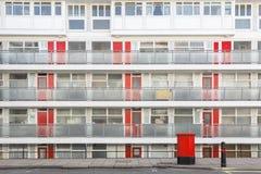 La fa?ade d'un bloc Churchill de logement municipal fait du jardinage ? Londres images libres de droits