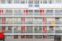La fa?ade d'un bloc Churchill de logement municipal fait du jardinage ? Londres photo stock