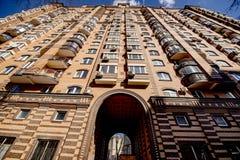 La fa?ade d'un gratte-ciel ? plusiers ?tages moderne avec des fen?tres ? Moscou photographie stock