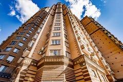 La fa?ade d'un gratte-ciel ? plusiers ?tages moderne avec des fen?tres ? Moscou image stock