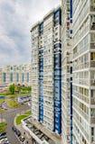 La fa?ade d'un gratte-ciel ? plusiers ?tages moderne avec des fen?tres ? Moscou photo stock