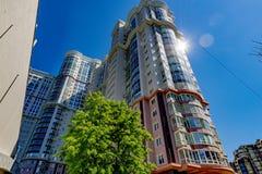 La fa?ade d'un gratte-ciel ? plusiers ?tages moderne avec des fen?tres ? Moscou images stock