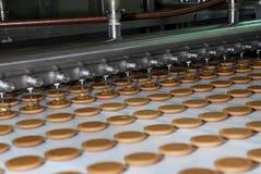 La fabbrica di produzione della cialda e del biscotto allinea, nastro trasportatore fotografia stock