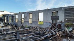 La fabbrica rovina i cieli blu e le macerie Fotografie Stock