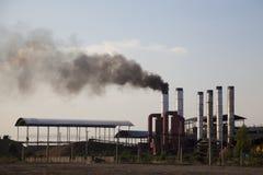 La fabbrica trasmette il fumo nero dentro al cielo Immagini Stock