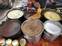 La fabbricazione del pancake o del balik apam Immagini Stock