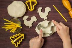La fabbricazione gioca per le decorazioni di Natale dalla pasta del sale Punto 5 Fotografia Stock Libera da Diritti