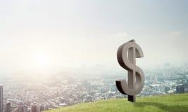 La fabricación del dinero y el concepto de la riqueza presentaron por el símbolo de piedra del dólar en paisaje natural Foto de archivo libre de regalías
