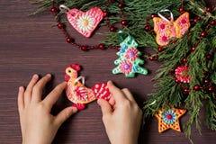 La fabricación juega para las decoraciones de la Navidad de la pasta de la sal Paso 9 Imágenes de archivo libres de regalías