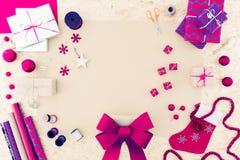 La fabrication des décorations de Noël est amusement Photo libre de droits