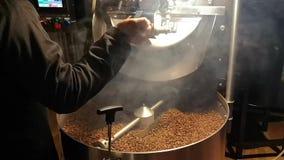 La fabrication des grains de café dans la broyeur - se mélangeant et café de torréfaction clips vidéos