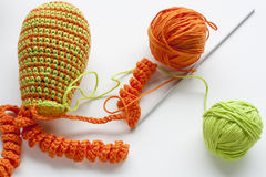 La fabrication du crochet coloré fait main joue des bonbons (porte-clés) avec l'écheveau sur la table en bois Photo libre de droits