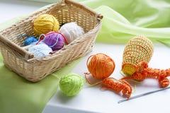 La fabrication du crochet coloré fait main joue des bonbons (porte-clés) avec l'écheveau sur la table en bois Image libre de droits