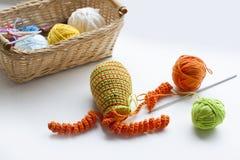 La fabrication du crochet coloré fait main joue des bonbons (porte-clés) avec l'écheveau sur la table en bois Photos libres de droits