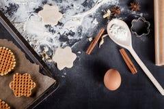 La fabrication waffles avec la goupille en bois à partir du dessus Photo libre de droits