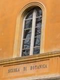 La facciata botanica della scuola e firma dentro di lingua italiana Fotografia Stock Libera da Diritti
