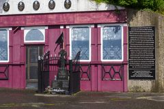 La facciata commemorativa dell'atrocità del pub del McGurk a Belfast fotografie stock
