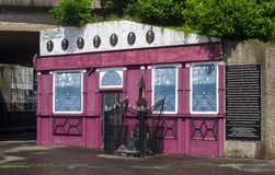 La facciata commemorativa dell'atrocità del pub del McGurk a Belfast fotografia stock libera da diritti