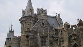 La facciata del castello medievale, builded dai mattoni di pietra, cielo e nuvole è nel fondo video d archivio