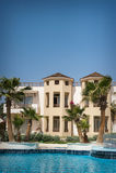La facciata dell'hotel nell'Egitto con lo stagno Immagini Stock