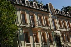 La facciata della costruzione è bianco giallo Fotografie Stock