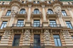 La facciata della costruzione, Riga, Lettonia Questa costruzione è un esempio di stile architettonico di Art Nouveau Fotografie Stock